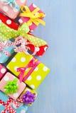 在被加点的纸包裹的五颜六色的礼物盒 免版税库存图片