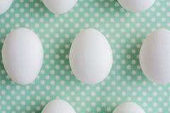 在被加点的织品背景的鸡蛋 免版税库存照片