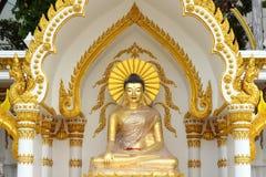 在被包裹的塑料的金黄菩萨雕象 免版税库存照片