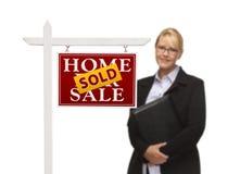 在被卖的家后的女实业家待售房地产标志孤立 免版税库存照片