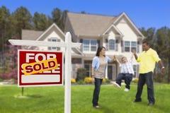 在被卖的房地产标志,议院前面的西班牙家庭 免版税库存照片