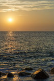 在被反射的日落的岩石海洋海岸 库存照片