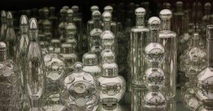 在被反映的胸口的时髦的玻璃器皿 库存照片