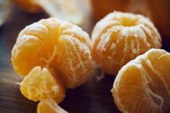 在被取消的果皮背景的被剥皮的蜜桔 库存图片
