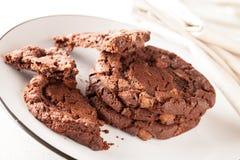 在被吃的板材的巧克力曲奇饼 库存照片
