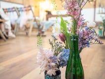 在被回收的瓶和饮料的花卉婚礼装饰装a于罐中 免版税库存照片