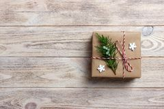 在被回收的纸包裹的礼物盒,与丝带弓,与土气的丝带 免版税库存图片