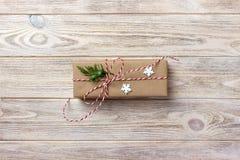 在被回收的纸包裹的礼物盒,与丝带弓,与土气的丝带 免版税图库摄影