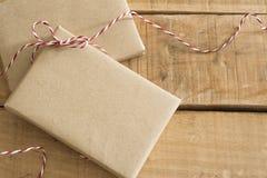 在被回收的纸包裹的礼物盒 免版税库存照片