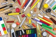 在被回收的纸背景顶视图的五颜六色的学校用品 库存照片