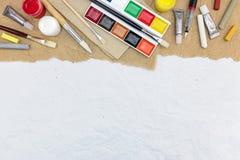 在被回收的纸backgr的各种各样的五颜六色的艺术性的绘图工具 免版税库存图片