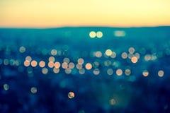在被定调子的蓝色backg的城市弄脏的光抽象圆bokeh 图库摄影