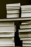 在被定调子的黑白乌贼属的被堆积的书 免版税库存图片