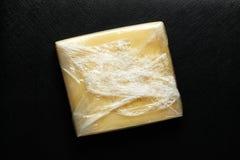 在被密封的塑料的乳酪 库存图片
