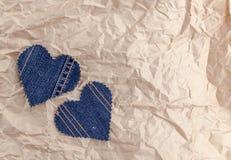 在被弄皱的工艺纸背景的手工制造牛仔裤心脏 平的位置,顶视图,最小的样式,文本的拷贝空间 lov的标志 库存图片