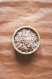 在被弄皱的装饰纸的芳香腌制槽用食盐 免版税库存图片