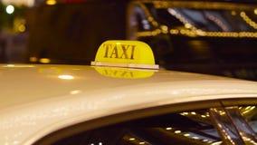 在被弄脏的光背景的莫斯科乘出租车 影视素材