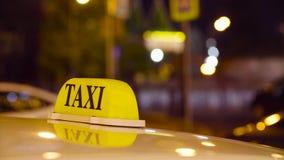 在被弄脏的光背景的莫斯科乘出租车 股票视频