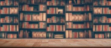 在被弄脏的图象的木桌在书架的许多旧书在图书馆里 免版税库存照片