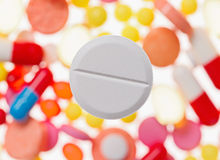 在被弄脏的多彩多姿的药物的一个大片剂(药片)宏观视图 库存图片