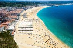 在被弄脏的小船弓之后峭壁详述灯塔nazare葡萄牙sitio传统木 免版税库存图片