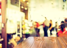 在被弄脏的庭院咖啡馆背景的空的木桌 库存图片