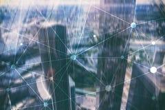 在被弄脏的摩天大楼背景的Blockchain网络 财政技术和通信概念 免版税库存图片