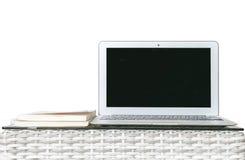 在被弄脏的木在白色背景隔绝的织法桌和书上的特写镜头计算机,房子concep美好的工作地点内部  免版税库存照片