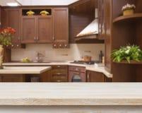 在被弄脏的棕色厨房内部背景的餐桌 免版税库存照片