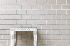 在被弄脏的棕色砖墙纹理背景,在房子概念的放松的美好的内部的特写镜头木织法桌 图库摄影