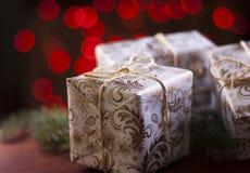 在被弄脏的红灯背景的圣诞节礼物 免版税库存照片