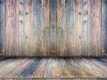 在被弄脏的背景前面的木板空的桌 图库摄影