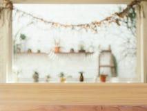 在被弄脏的背景前面的木板空的桌 Perspec 免版税库存照片