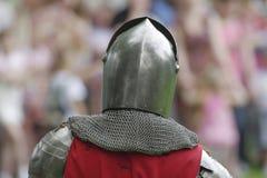 在被弄脏的背景的中世纪钢盔甲 免版税库存照片