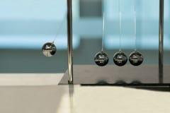 在被弄脏的背景的平衡的球牛顿` s摇篮 免版税库存图片