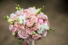 在被弄脏的背景的桃红色和白色婚礼花束 库存图片