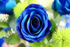 在被弄脏的背景的特写镜头美丽的蓝色人为玫瑰 免版税库存照片