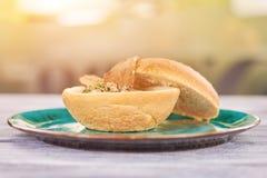 在被弄脏的背景的蘑菇乳脂状的汤 库存图片