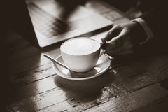 在被弄脏的自然本底的热的无奶咖啡 库存图片
