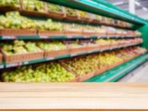 在被弄脏的超级市场前面的木空的桌结果实架子 免版税库存照片