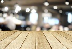 在被弄脏的餐馆的透视木头有bokeh背景 库存图片