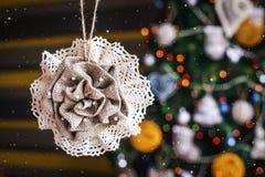 在被弄脏的,闪耀的和神仙的背景的圣诞节手工制造麻袋布玩具 库存照片
