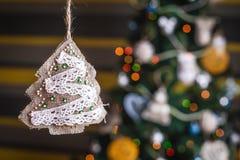 在被弄脏的,闪耀的和神仙的背景的手工制造圣诞树 库存图片