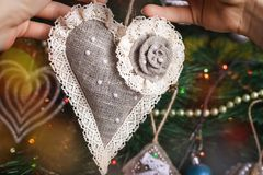 在被弄脏的,闪耀的和神仙的背景的手工制造圣诞节心脏 库存图片