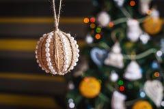 在被弄脏的,闪耀的和神仙的背景的手工制造圣诞节球 库存照片