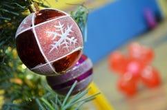 在被弄脏的,闪耀的和神仙的背景的装饰的圣诞树 免版税库存图片
