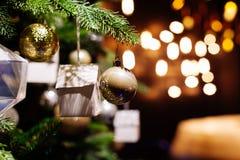 在被弄脏的,闪耀的背景的装饰的圣诞树 免版税图库摄影