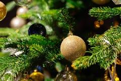 在被弄脏的,闪耀的背景的装饰的圣诞树 库存照片
