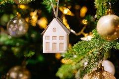在被弄脏的,闪耀的背景的装饰的圣诞树 库存图片