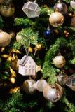 在被弄脏的,闪耀的背景的装饰的圣诞树 图库摄影